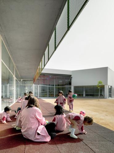 Escuela infantil y guardería entre palmeras <br/> Nursery school and kindergarten Palm trees